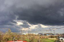 市内で霰まじりの雷雨。