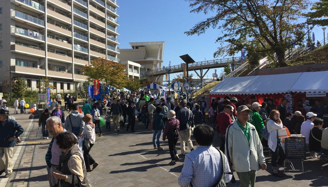 西口駅前の商工祭で地元企業のスーパーカーやマグロの解体ショー。