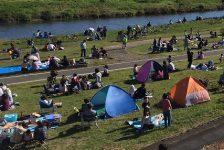 ブルーインパルスを見ようと河川敷には多くの人