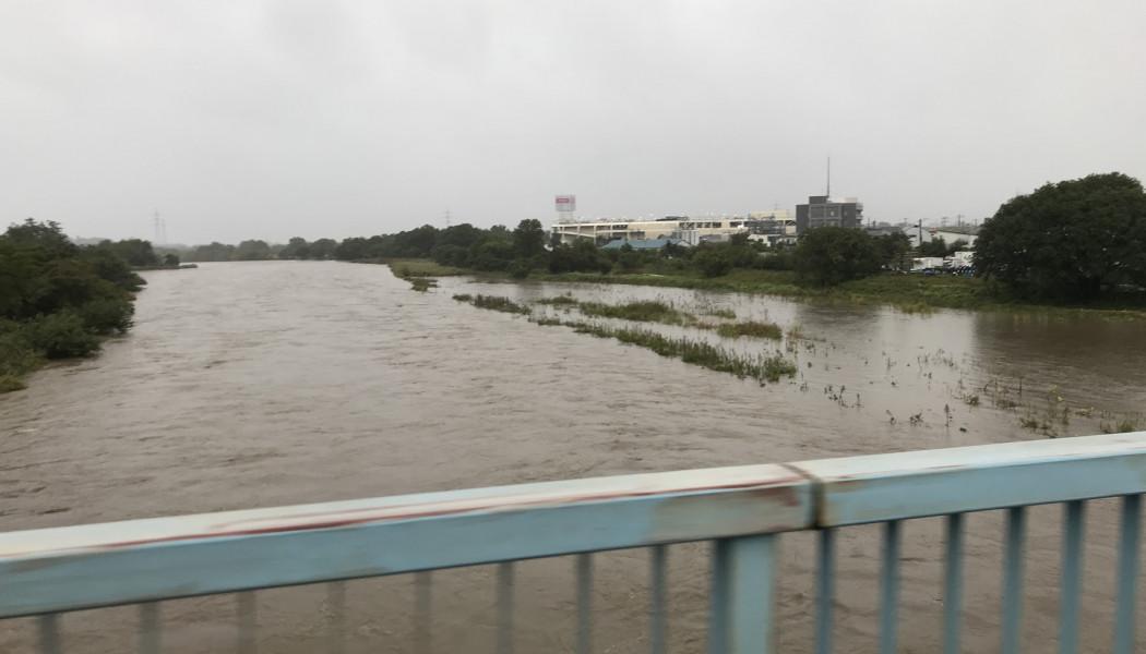 台風21号の影響で入間川河川敷のサイクリングロードが冠水中。